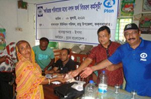 YPSA EC president Mr. Samsuddin Bhuyan distributes money to a victim
