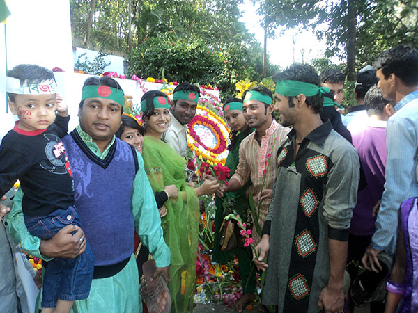 Volunteer and YPSA team lay wreath of flower at Chittagong Shahid Minar
