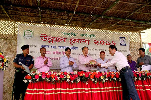 Mahabubur Rahman, Director (SDP), YPSA handover the flower bucket to the PKSF director
