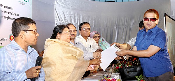 YPSA team member Rashed Chowdhury receiving the award