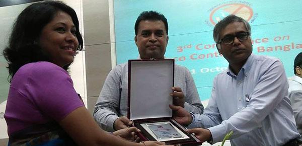 Md. Arifur Rahman, CE and Nasim Banu from YPSA receive a creast