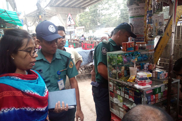 Mobile court team at the point of sell at GEC circle, Chittagong