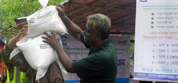 A Rohingya men receiving food