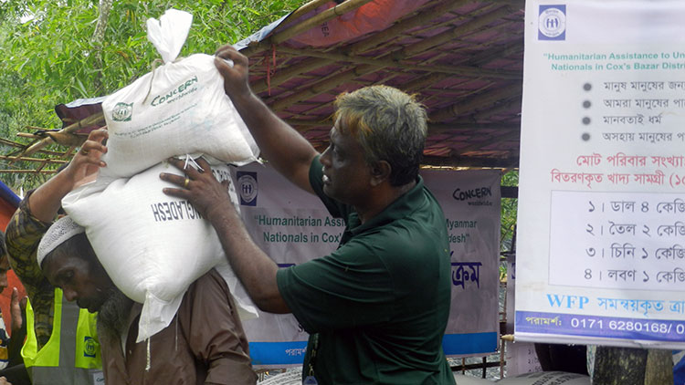 A Rohingya men receiving food