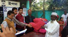 YPSA distributes warm blanket to elderly person