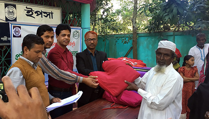 YPSA distributes warm blanket to elderly person