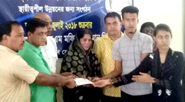 a family member of Late Manik Kumar Barua has been given a cheque of one lakh Taka by MetLife Insurance