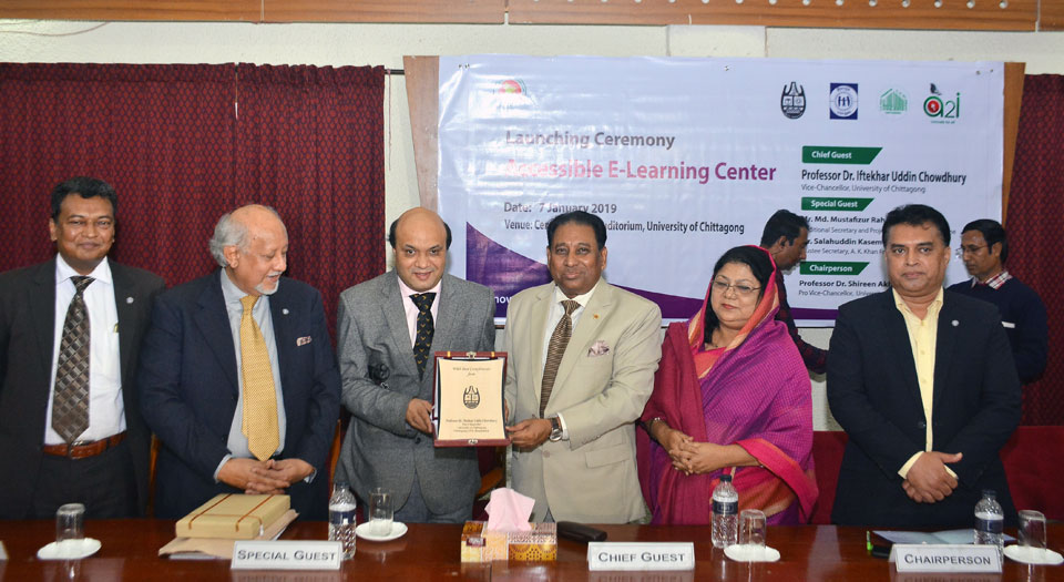 Vashkar receiving a plaque from vice-chancellor
