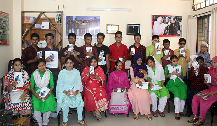 Group photo visually impaired students after receiving phone