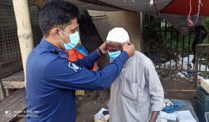 A police men helping elderly to wear mask
